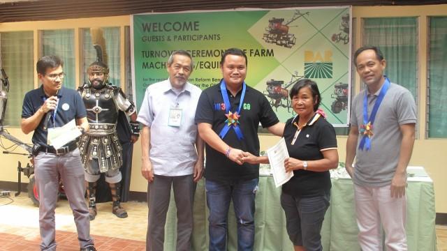 Marinduque farmers receive farm equipment
