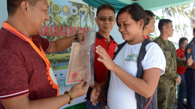 Quezon farmers get land titles