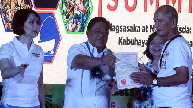 Bataan farmers receive land titles, equipment