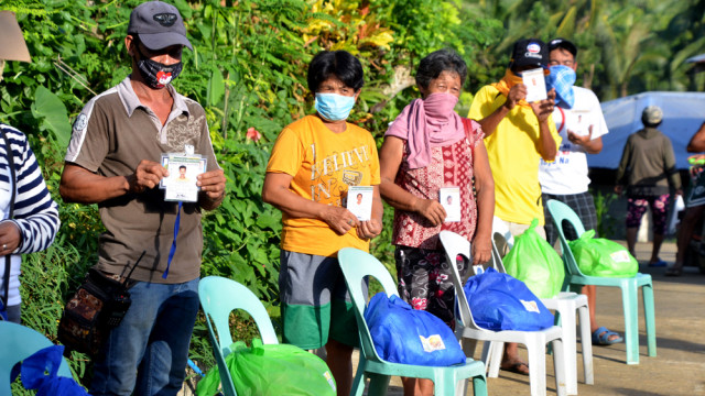 Farmers from Leyte's remote village thank DAR over relief packs