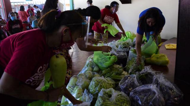 DAR distributes vegetables to urban poor