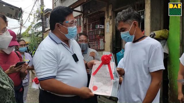 Pamamahagi ng mga titulo ng lupa at suportang serbisyo sa mga magsasaka ng Quezon.