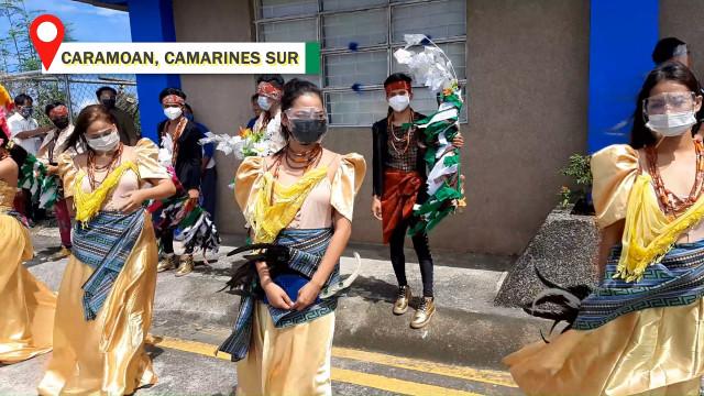 Mga opisyales ng DAR tiniis ang malalakas na alon ng dagat upang tiyakin na personal na matatanggap ng mga magsasaka ng Camarines Sur ang titulo ng lupa.