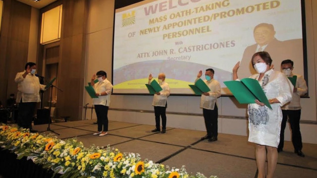 Castriciones administers oath of 18 DAR-Central Luzon personnel