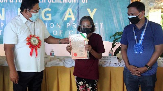 Rizal farmers receive lands, farm machines from DAR