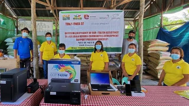 DAR-Sultan Kudarat provides IT equipment to 5 farmers coop
