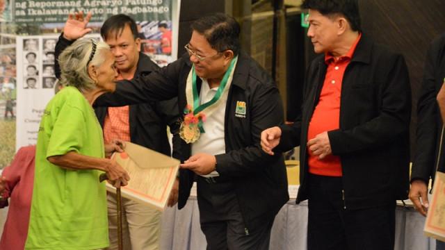 DAR chief leads CLOA distribution in Cebu