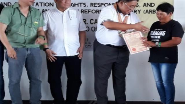 DAR distributes land titles to 97 Canlaon farmers